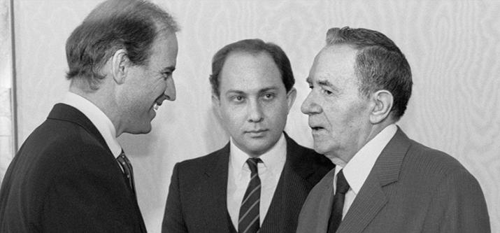 1988 Soviet TV newscast - translating for Senator Joe Biden (as he then was) in the Kremlin (1 minute, in Russian)